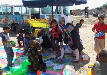 Kurdische und arabische Kinder spielen gemeinsam