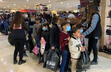 Einkaufen mit Waisenkindern